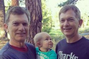 Μωρό δεν μπορεί να ξεχωρίσει ποιος από τους δίδυμους είναι ο παππούς του (1)