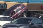 Οδηγός SUV προσπαθεί να ξεφύγει από τον γερανό της τροχαίας