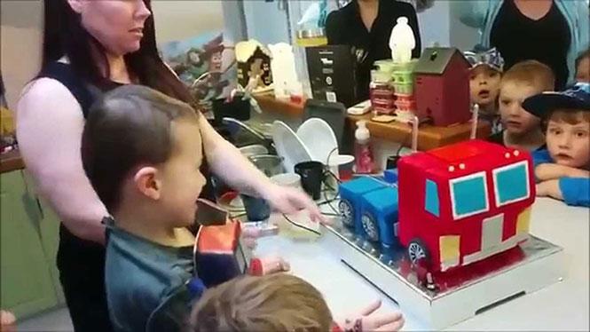 Γονείς έφτιαξαν μια τούρτα γενεθλίων Optimus Prime που μεταμορφώνεται