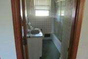 Βαρέθηκε το μπάνιο του και αποφάσισε να το αλλάξει σπάζοντας τα πλακάκια (1)