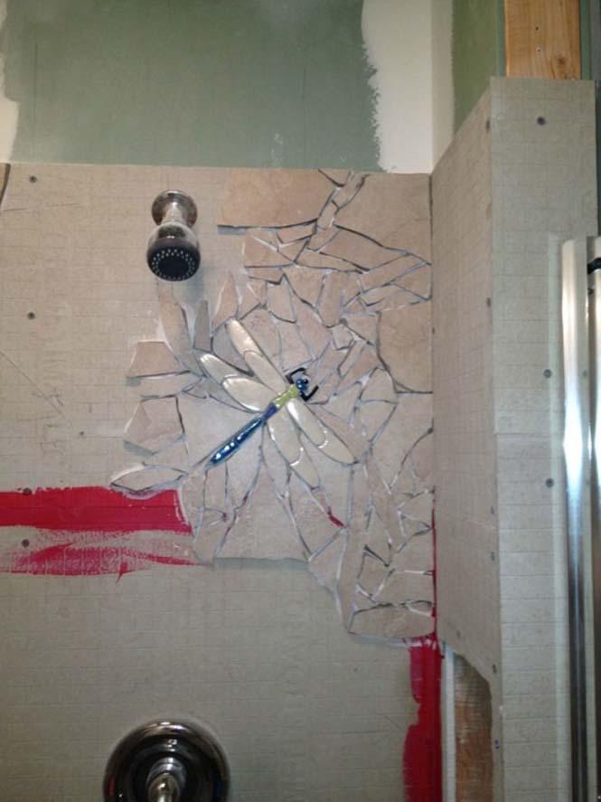 Βαρέθηκε το μπάνιο του και αποφάσισε να το αλλάξει σπάζοντας τα πλακάκια (5)