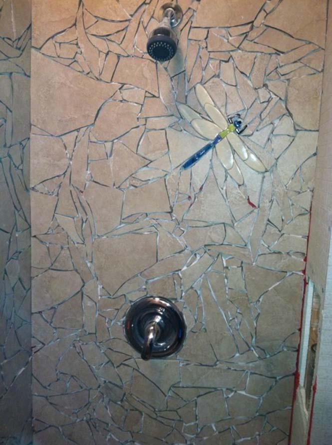 Βαρέθηκε το μπάνιο του και αποφάσισε να το αλλάξει σπάζοντας τα πλακάκια (6)