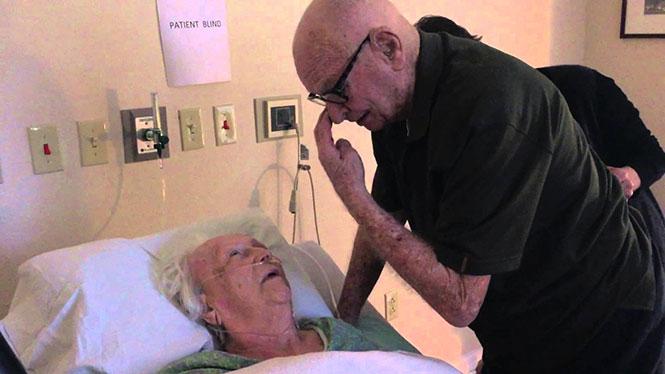 93χρονος τραγουδάει στην ετοιμοθάνατη σύζυγο του