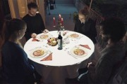 Τραπέζι μετατρέπεται σε κάτι εκπληκτικό όσο οι καλεσμένοι περιμένουν το γεύμα τους