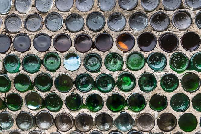 Ασυνήθιστο σπίτι που φτιάχτηκε από άδεια μπουκάλια (2)