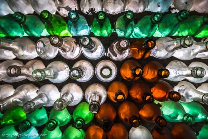 Ασυνήθιστο σπίτι που φτιάχτηκε από άδεια μπουκάλια (4)