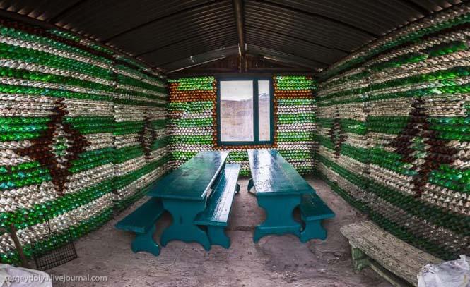 Ασυνήθιστο σπίτι που φτιάχτηκε από άδεια μπουκάλια (5)