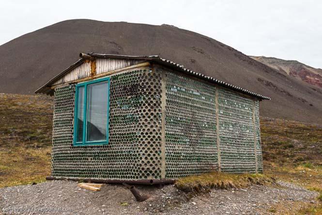 Ασυνήθιστο σπίτι που φτιάχτηκε από άδεια μπουκάλια (6)