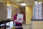 Αυτό το κορίτσι φτιάχνει κουτιά πίτσας σαν ρομπότ