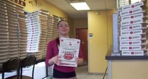 Αυτό το κορίτσι φτιάχνει κουτιά πίτσας σαν ρομπότ (Video)