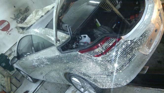 Αυτοκίνητο καλυμμένο από καθρέφτες (1)