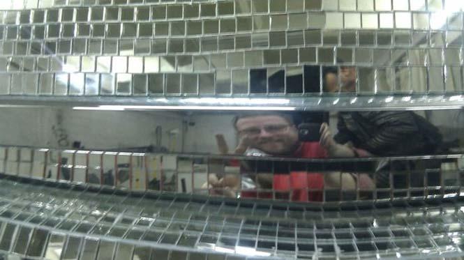Αυτοκίνητο καλυμμένο από καθρέφτες (2)