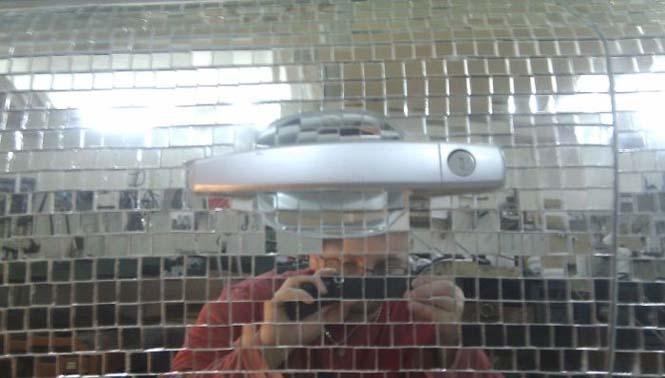Αυτοκίνητο καλυμμένο από καθρέφτες (4)