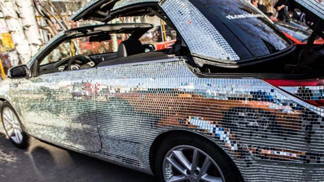 Αυτοκίνητο καλυμμένο από καθρέφτες (8)
