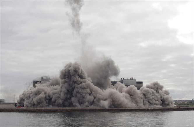 Ελεγχόμενη έκρηξη έκανε δυο φουγάρα 150 μέτρων να συγκρουστούν μεταξύ τους και να καταρρεύσουν με απόλυτη ακρίβεια (4)