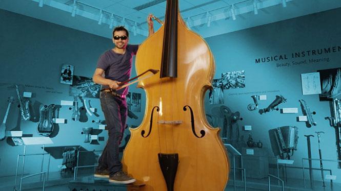 Ένας άνδρας παίζει 90 όργανα μουσικής