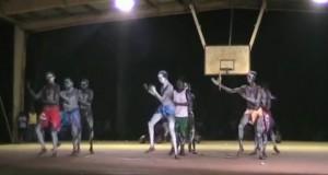 Όταν οι ιθαγενείς της Αυστραλίας χορεύουν Ζορμπά (Video)