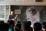 Καλλιτέχνης ζωγραφίζει στον πίνακα της τάξης του (1)