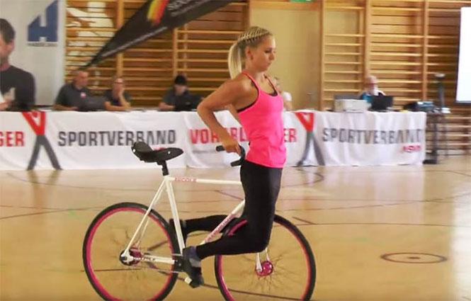 Όταν δείτε τι μπορεί να κάνει αυτή η κοπέλα με το ποδήλατο θα μείνετε με το στόμα ανοιχτό