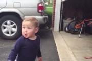 Μπόμπιρας τρελαίνεται όταν βλέπει για πρώτη φορά μια αυτόματη γκαραζόπορτα