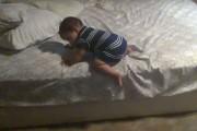 Πανέξυπνο βρέφος βρίσκει τον τρόπο να κατέβει από το κρεβάτι