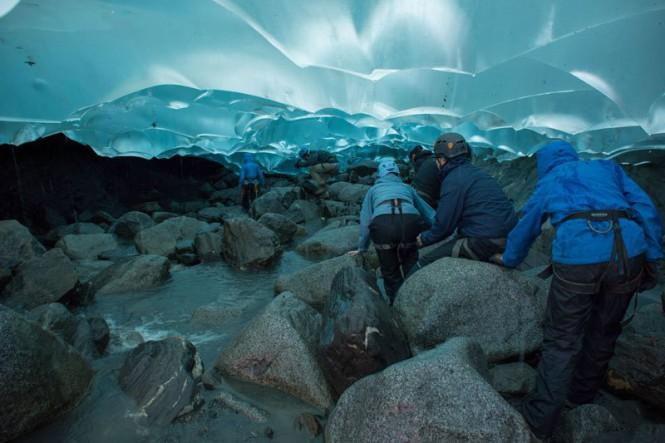 Πεζοπορία μέσα σε έναν παγετώνα | Φωτογραφία της ημέρας