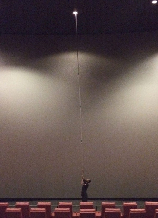 Πως αλλάζουν την λάμπα στο ταβάνι μιας κινηματογραφικής αίθουσας | Φωτογραφία της ημέρας
