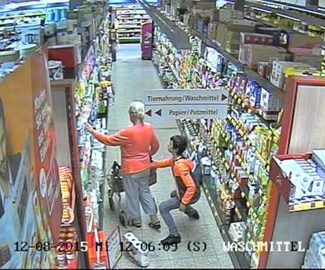Πορτοφολάκιας κλέβει 74χρονη σε super market
