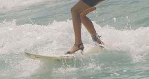 Επαγγελματίας σέρφερ δάμασε τα κύματα με τα ψηλοτάκουνα της για να περάσει ένα μήνυμα (Video)