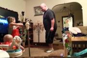 Τι κάνει ένας μπαμπάς όταν προσέχει μόνος τα παιδιά στο σπίτι