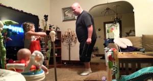 Τι κάνει ένας μπαμπάς όταν προσέχει μόνος τα παιδιά στο σπίτι (Video)