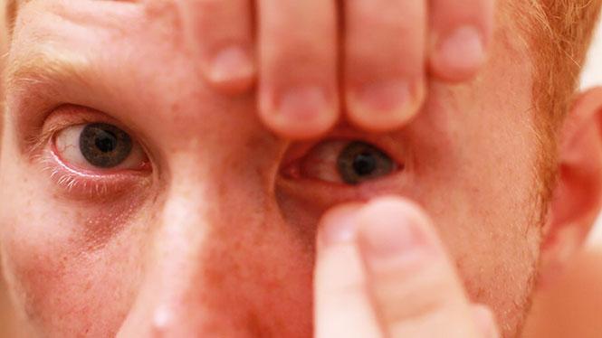 Βάσανα που μόνο όσοι φορούν φακούς επαφής καταλαβαίνουν