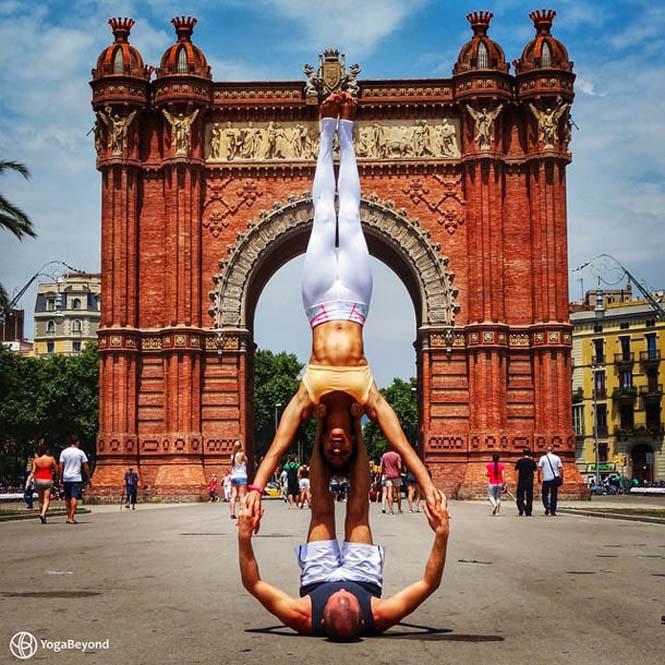 Ζευγάρι ταξιδεύει στον κόσμο με ακροβατικές στάσεις Yoga (1)