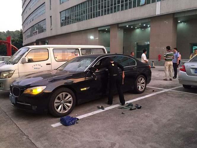 Απατημένη σύζυγος καταστρέφει την πανάκριβη BMW του άνδρα της (2)
