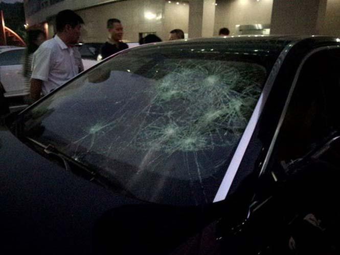 Απατημένη σύζυγος καταστρέφει την πανάκριβη BMW του άνδρα της (4)