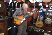 Αυτός ο παππούς ξάφνιασε τους πάντες όταν έπιασε μια ηλεκτρική κιθάρα στα χέρια του