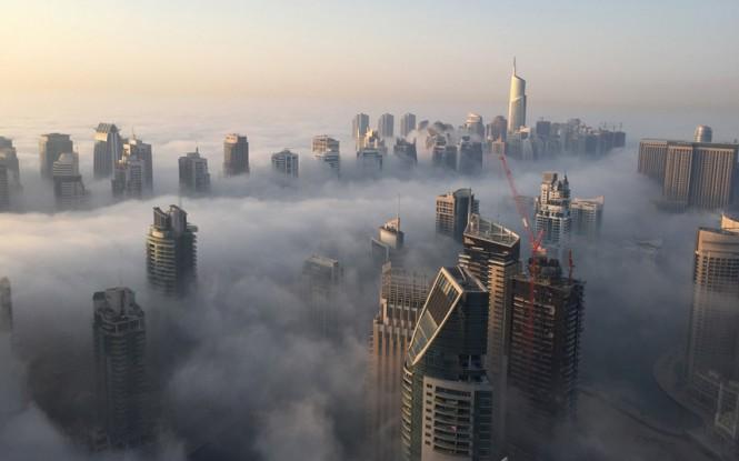 Τα κτήρια του Dubai τυλιγμένα από την πρωινή ομίχλη | Φωτογραφία της ημέρας
