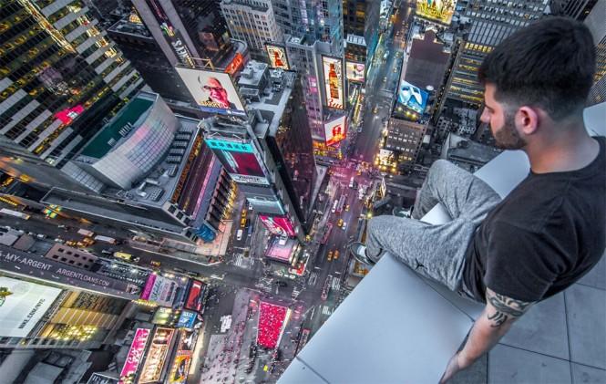 Καθισμένος πάνω από την Times Square της Νέας Υόρκης   Φωτογραφία της ημέρας