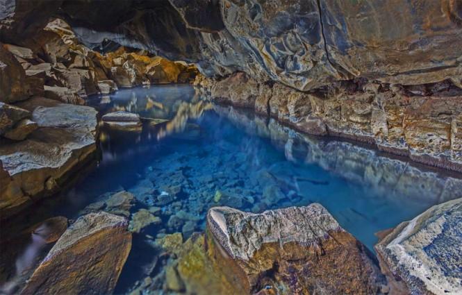 Μικρό ηφαιστειακό σπήλαιο κοντά στη λίμνη Myvatn της Ισλανδίας | Φωτογραφία της ημέρας
