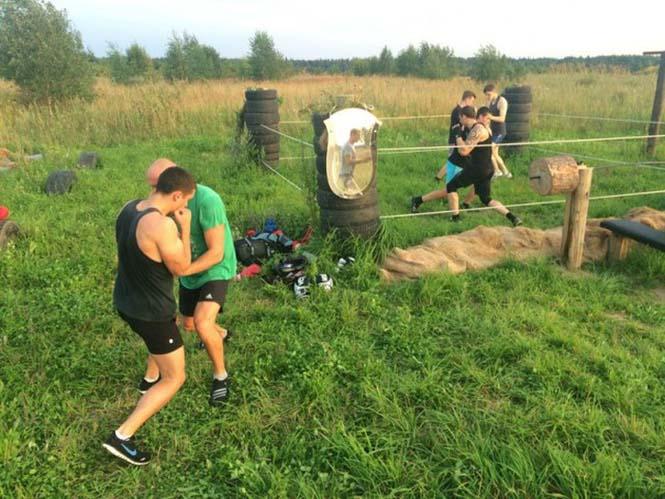 Ρώσοι έφτιαξαν αυτοσχέδιο γυμναστήριο στην ύπαιθρο (9)