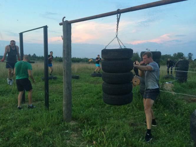 Ρώσοι έφτιαξαν αυτοσχέδιο γυμναστήριο στην ύπαιθρο (11)