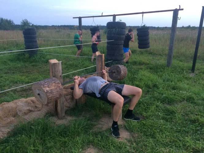 Ρώσοι έφτιαξαν αυτοσχέδιο γυμναστήριο στην ύπαιθρο (12)