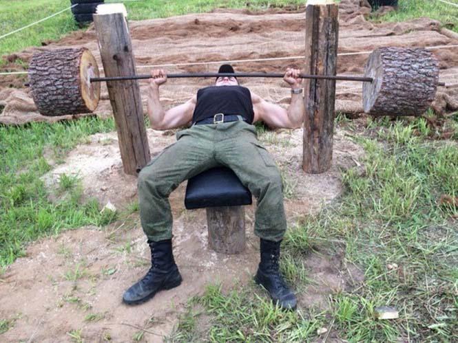 Ρώσοι έφτιαξαν αυτοσχέδιο γυμναστήριο στην ύπαιθρο (14)