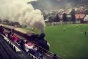 Τρένο πέρασε μέσα από το γήπεδο κατά την διάρκεια ποδοσφαιρικού αγώνα