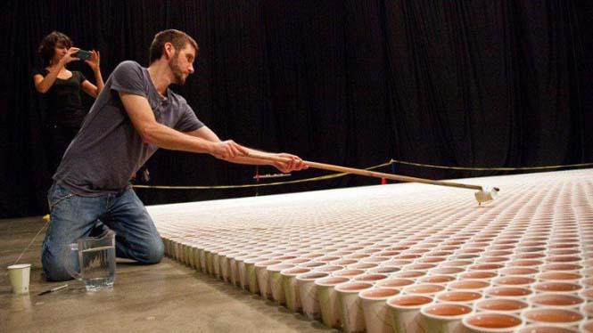 Καλλιτέχνης χρησιμοποίησε 66.000 χάρτινα ποτήρια για να δημιουργήσει ένα γιγάντιο μωσαϊκό (1)