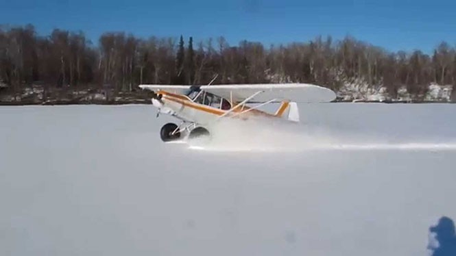 Αεροπλάνο προσγειώνεται στο χιόνι