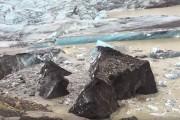 Εκπληκτικό βίντεο δείχνει την στιγμή που σπάει ένα τεράστιο παγόβουνο με ηφαιστειακή τέφρα