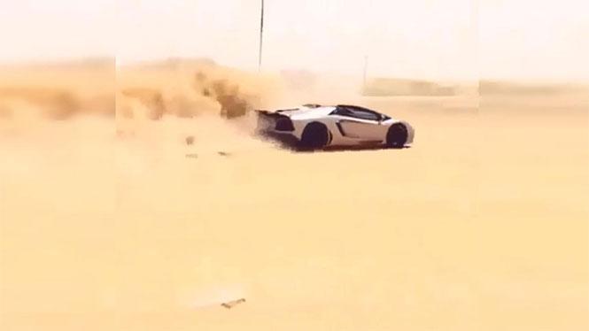 Εν τω μεταξύ, στο Dubai: Οδηγεί την Lamborghini του στην έρημο