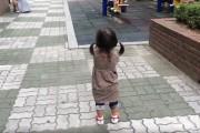 Κοριτσάκι με ζουλιχτά παπούτσια