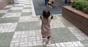 Αυτό το κοριτσάκι δεν μπορεί να μείνει θυμωμένο και ο λόγος κρύβεται στα παπούτσια του (Video)